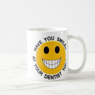 Sonrisa en su taza de café sonriente de la cara
