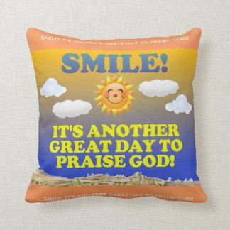 ¡Sonrisa! ¡Es otro gran día para elogiar a dios! Cojín