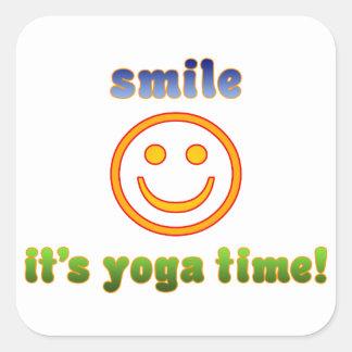¡Sonrisa es tiempo de la yoga! Edad de la aptitud Pegatina Cuadrada