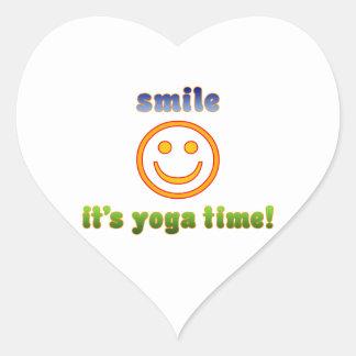¡Sonrisa es tiempo de la yoga! Edad de la aptitud Pegatina En Forma De Corazón