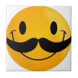 sonrisa feliz sonriente del bigote teja