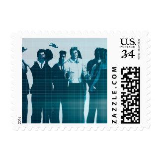 Sonrisa motivada de los empleados de la mano de sello postal
