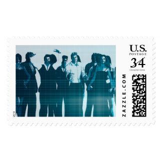 Sonrisa motivada de los empleados de la mano de timbres postales