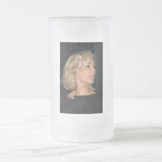 Sonrisa rubia de la mujer taza de cristal