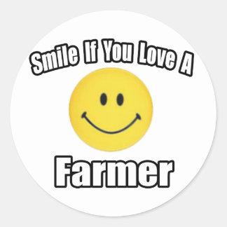 Sonrisa si usted ama a un granjero pegatina redonda