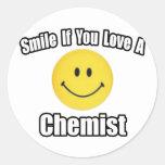 Sonrisa si usted ama a un químico pegatina redonda