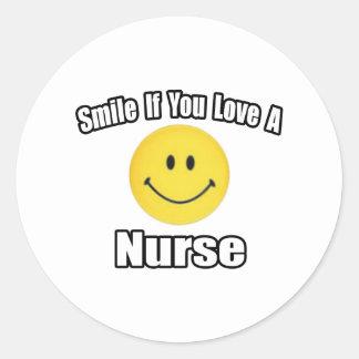 Sonrisa si usted ama a una enfermera pegatina redonda
