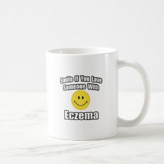 Sonrisa si usted ama alguien con eczema taza clásica