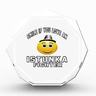 Sonrisa si usted ama el combatiente de Istunka