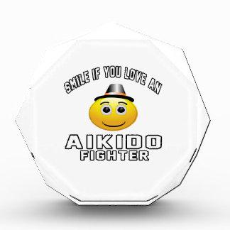 Sonrisa si usted ama el combatiente del Aikido