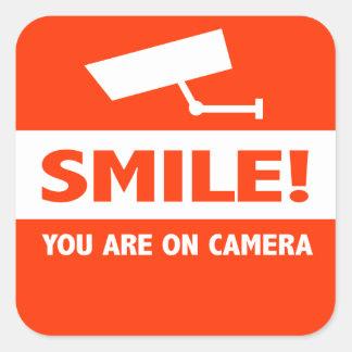 Sonrisa usted está en cámara pegatina cuadrada
