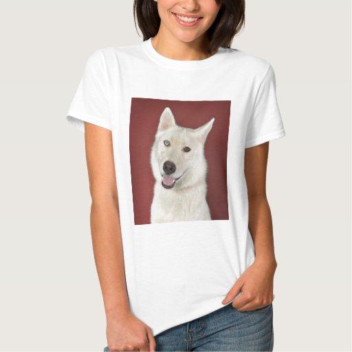 Sonrisas blancas del perro esquimal t-shirts