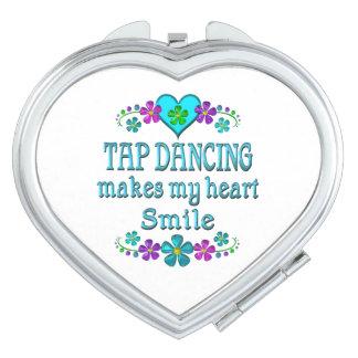 Sonrisas del baile de golpecito espejo de maquillaje