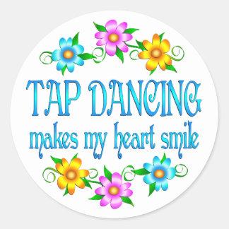 Sonrisas del baile de golpecito pegatina redonda