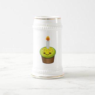 Sonrisas del feliz cumpleaños de la magdalena de jarra de cerveza