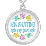 Sonrisas del patinaje de hielo pendientes
