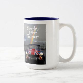 Sonrisas por el arco iris de la hora taza de café de dos colores