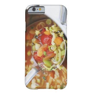 Sopa de verduras en cacerola funda de iPhone 6 barely there