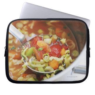 Sopa de verduras en cacerola funda portátil