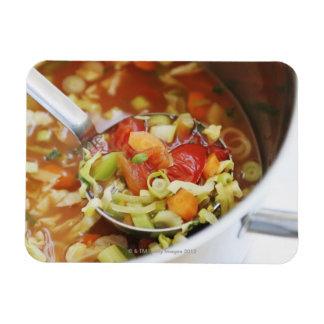 Sopa de verduras en cacerola imán