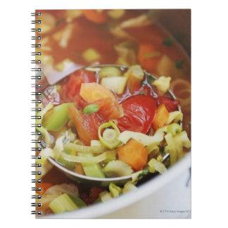 Sopa de verduras en cacerola libro de apuntes con espiral