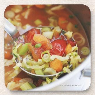 Sopa de verduras en cacerola posavasos de bebida