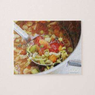 Sopa de verduras en cacerola puzzle con fotos