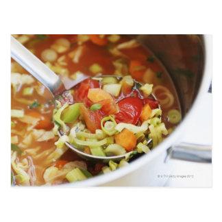 Sopa de verduras en cacerola tarjeta postal