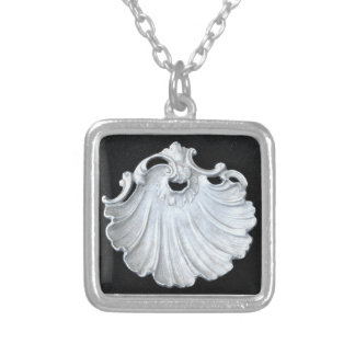 SOPHISTICATED SHELL DESIGN ON NECKLACE