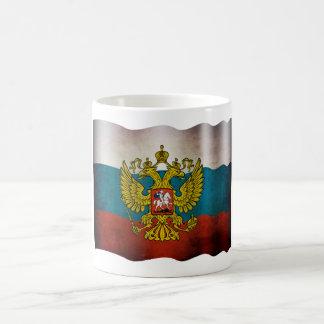 Soplando bandera de Rusia Taza Básica Blanca
