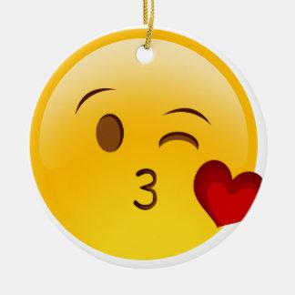 Sople a un pegatina del emoji del beso adorno navideño redondo de cerámica