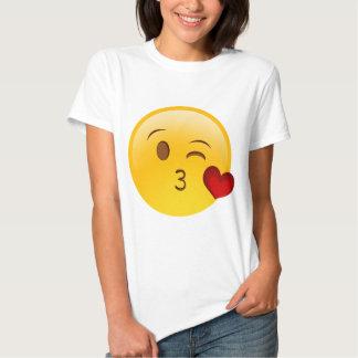 Sople a un pegatina del emoji del beso playera