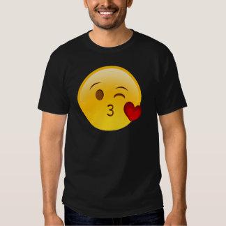 Sople a un pegatina del emoji del beso polera