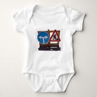 Soporte de madera de dos señales de tráfico bajo body para bebé
