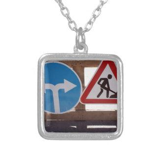 Soporte de madera de dos señales de tráfico bajo collar plateado