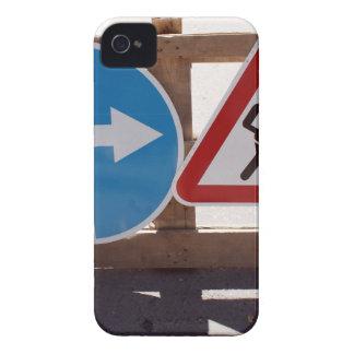 Soporte de madera de dos señales de tráfico bajo funda para iPhone 4 de Case-Mate