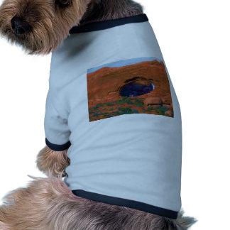 Soporte minúsculo de los turistas en un arco camiseta de mascota
