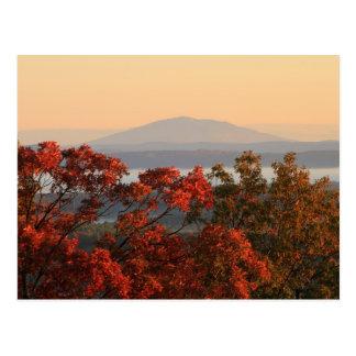 Soporte Monadnock de nueva Salem en otoño Tarjetas Postales