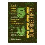 SORPRENDA el oro verde Camo del 50.o cumpleaños Invitación 12,7 X 17,8 Cm
