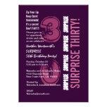 SORPRENDA el trigésimo cumpleaños moderno púrpura  Invitaciones Personalizada