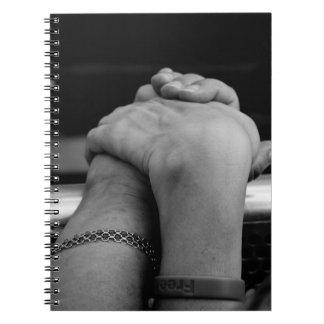 Sostener el cuaderno de las manos