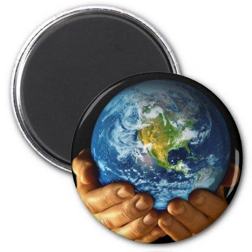Sostener la tierra en mis manos imanes