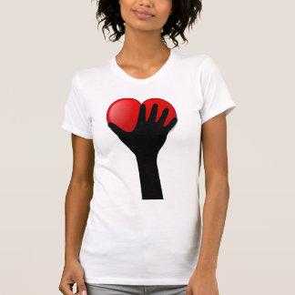 Sostener una camiseta del corazón remeras