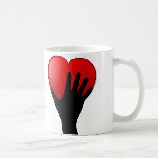 Sostener una taza del corazón