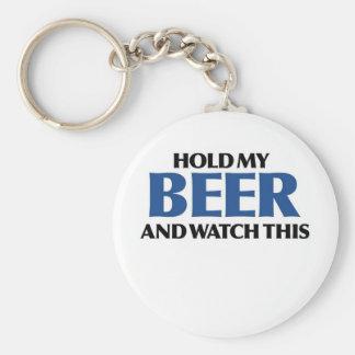 Sostenga mi cerveza (el bombardero azul) llavero redondo tipo pin