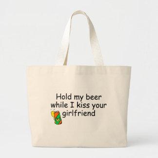Sostenga mi cerveza mientras que beso a su novia bolsas de mano