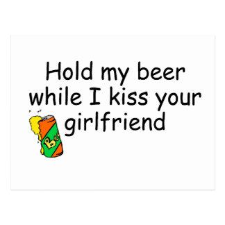 Sostenga mi cerveza mientras que beso a su novia tarjeta postal