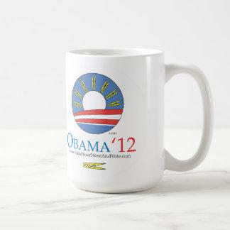 Sosténgase la nariz y vote a Obama 2012 Taza Clásica