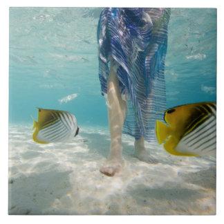 South Pacific, Bora Bora, turista femenino 2 que c Azulejo Cuadrado Grande