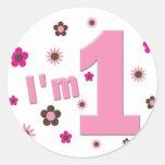 """""""Soy 1"""" rosa y cumpleaños de las flores de Brown Etiquetas Redondas"""